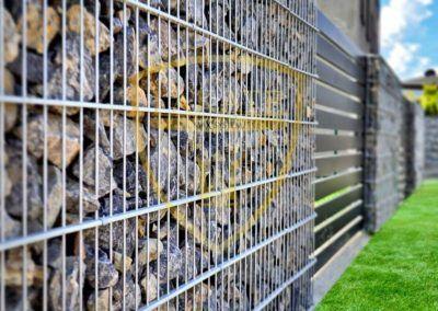 Przęsła aluminiowe wkomponowane pomiędzy kosze gabionowe ogrodzenie w Pszowie woj. Śląskie.