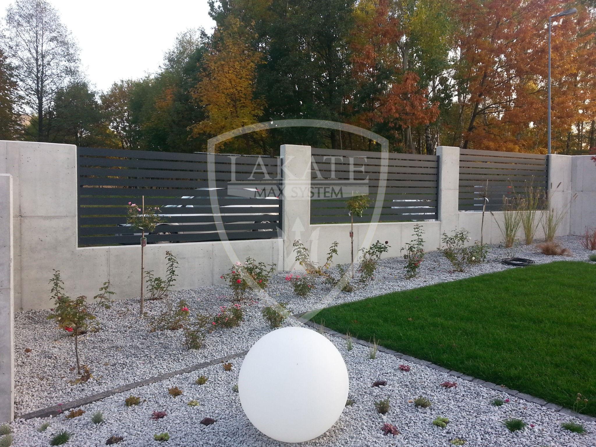 Alu Fence o profilu 10cm i beton architektoniczny