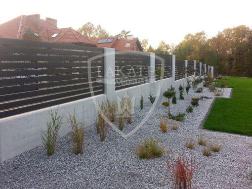Ogrodzenie z betonu architektonicznego z nowoczesnymi przęsłami z aluminium Jastrzebie Zdrój, woj. Śląskie