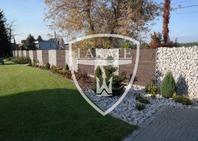 Widok od wnętrza posesji na ogrodzenie gabionowe