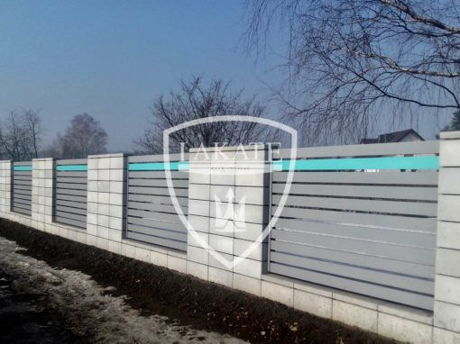 Nowoczesne ogrodzenie aluminiowe z akcentem kolorystycznym