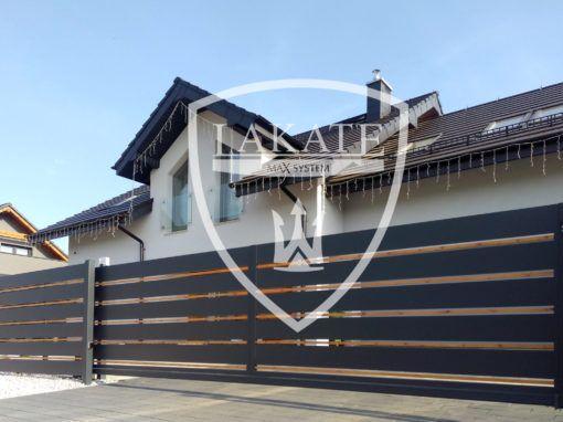 Ogrodzenie z poziomych paneli aluminiowych kolor antracyt oraz paneli drewnopodobnych