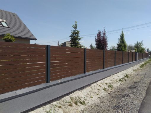 Dzięki połączeniu zaawansowanych technologii z oryginalnym wzornictwem uzyskaliśmy ponadczasowy efekt, piękne i naturalne rysunki drewna zostały idealnie przeniesione na panele aluminiowe Alu Wood Fence Optimal