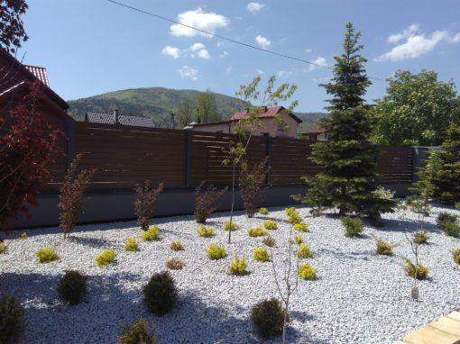 Solidne ogrodzenie zapewnia prywatność posesji, chroni nas przed nieproszonymi gośćmi i w przypadku Alu Wood Fence pięknie się prezentuje
