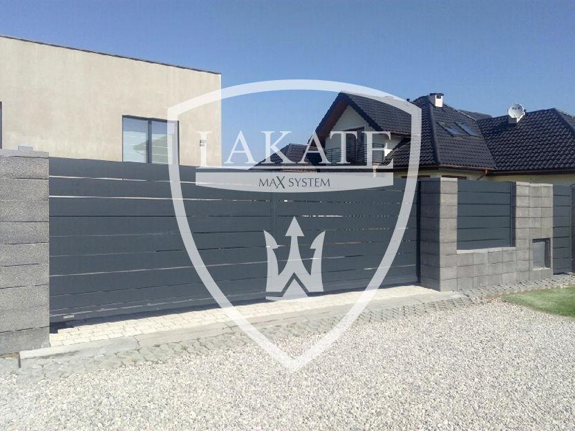 ogrodzenie betonowe z panelami aluminiowymi