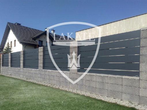 Elementy betonowe ogrodzeń Joniec zestawione z przęsłami nowoczesnymi made by Lakate