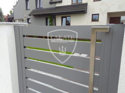 Ogrodzenie w Bydgoszczy, aluminiowe przęsła wkomponowane w klasyczne tynkowane murki, funkcjonalnie, ładnie i zawsze modnie. Klasyka nigdy nie wychodzi z mody.