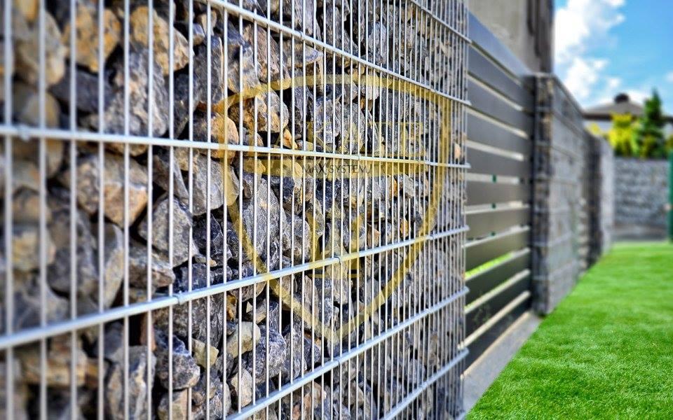 Ogrodzenie gabionowe widziane z bliska, w tle widać Alu Fence