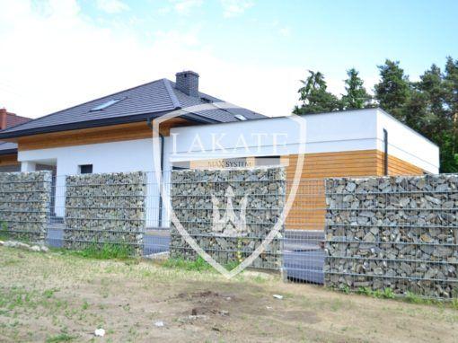 Gabionowe ogrodzenie z wydzieloną wolną przestrzenią pomiędzy elementami (siatka stalowa)