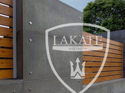 Nowoczesne ogrodzenie aluminiowe Alu Fence Wood wkomponowane pomiędzy murki obłożone płytami z betonu architektonicznego