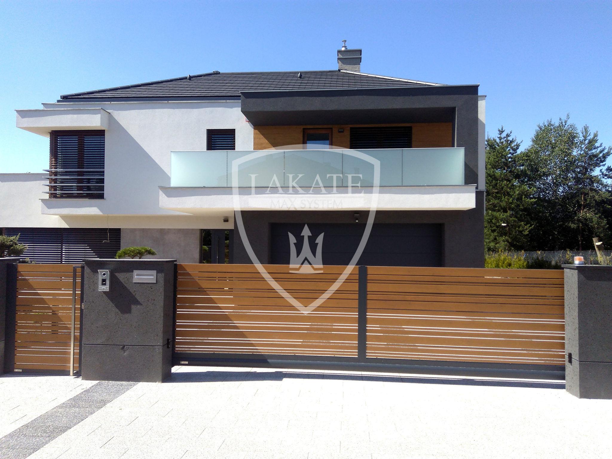 nowoczesny dom i nowoczesne ogrodzenie lipiec