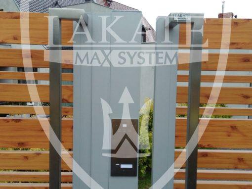 Furtki zamontowane na słupach aluminiowych w których na życzenie Klienta umieściliśmy domofon.  Brak  klasycznych murków nie musi wiązać się z rezygnacją z domofonu, czy skrzynki pocztowej.