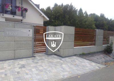 realizacja alu wood fence, panele drewnopodobne zestawione z betonem architektonicznym w postaci bloczków
