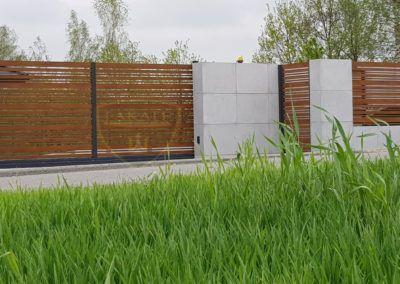 Nowoczesne ogrodzenie aluminiowe wkomponowane w beton architektoniczny (płyty)